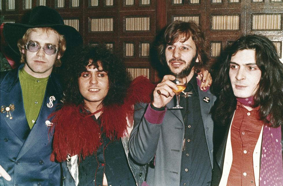 בולאן (שני משמאל) עם מיקי פין (מימין), רינגו סטאר ואלטון ג'ון. גם דייוויד בואי היה חבר שלו (צילום: AP)