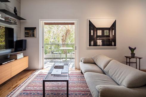 הסלון הקטן, שנמצא בשימוש יומיומי (צילום: עמית גרון)