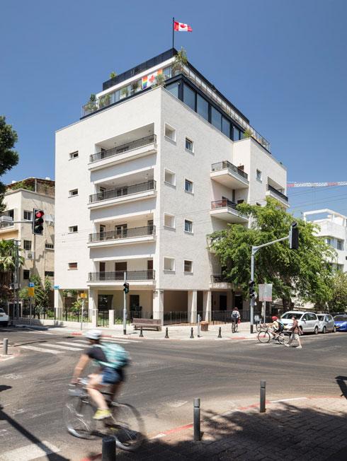 את הבניין המקורי, בן 3 קומות, תכנן האדריכל יצחק רפופורט עבור משפחת אלקון, מראשוני יבואני המשאיות לארץ (צילום: עמית גרון)