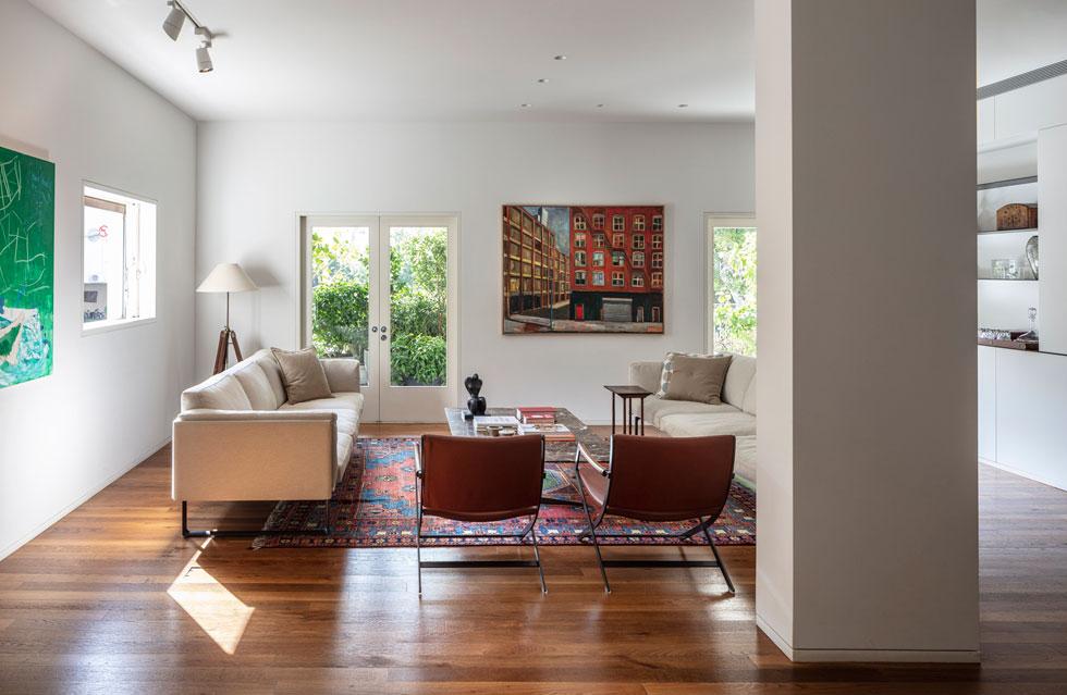 ''בית אלקון'' נבנה בתחילת שנות ה-50, וכבר אז תוכננה בו דירה אחת בכל קומה. על עצי הסיסם ההודי שמפארים את חזיתו ניטש מאבק משפטי מר, שהסתיים בהצלתם (צילום: עמית גרון)