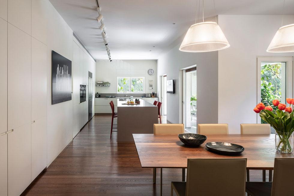 4 מרפסות מקיפות את הדירה. במטבח יש דלת למטבח משני, לבישול וטיגון. דלת אחרת מובילה לאגף האורחים, שבו גם חדרה של הבת הסטודנטית (צילום: עמית גרון)