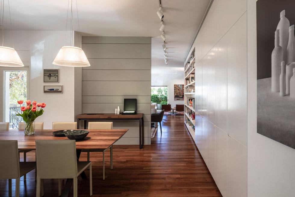 מבט מהכיוון ההפוך, מהמטבח אל הסלונים. בדירה אין קירות גבס ובלוקים. כל חלוקות הפנים נעשו באמצעות קירות נגרות בהזמנה מיוחדת (צילום: עמית גרון)