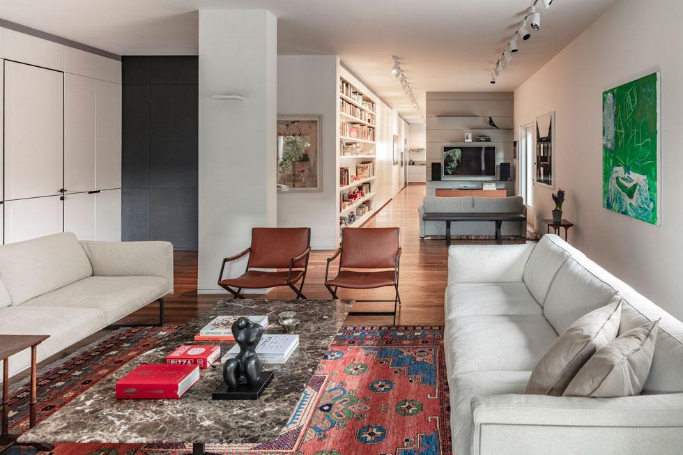 באגף הציבורי של הדירה יש שני סלונים, שלכל אחד מהם צמודה מרפסת. בעלת הדירה מעידה שדווקא הקטן שביניהם הוא החביב והשימושי יותר (צילום: עמית גרון)