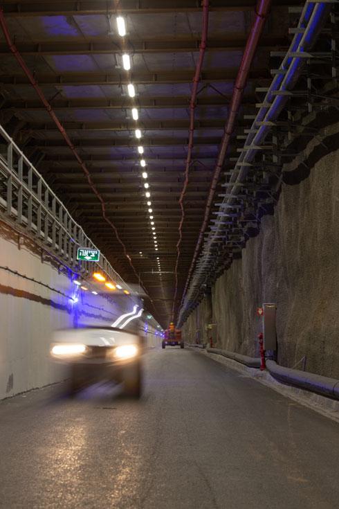נוסעים בתוך המנהרה הארוכה והעמוקה. אבני הדרך עמידות בפני המים שלא מפסיקים לטפטף מהאקוויפר (צילום: דור נבו)