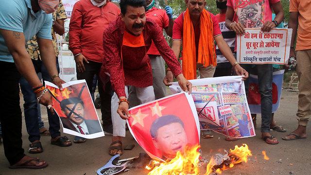 שורפים תמונות של נשיא סין שי ג'ינפינג ב הודו (צילום: EPA)