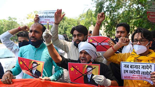 הודו מפגינים הודים שורפים תמונה של נשיא סין שי ג'ינפינג אחרי עימות קטלני ב הימלאיה (צילום: AFP)