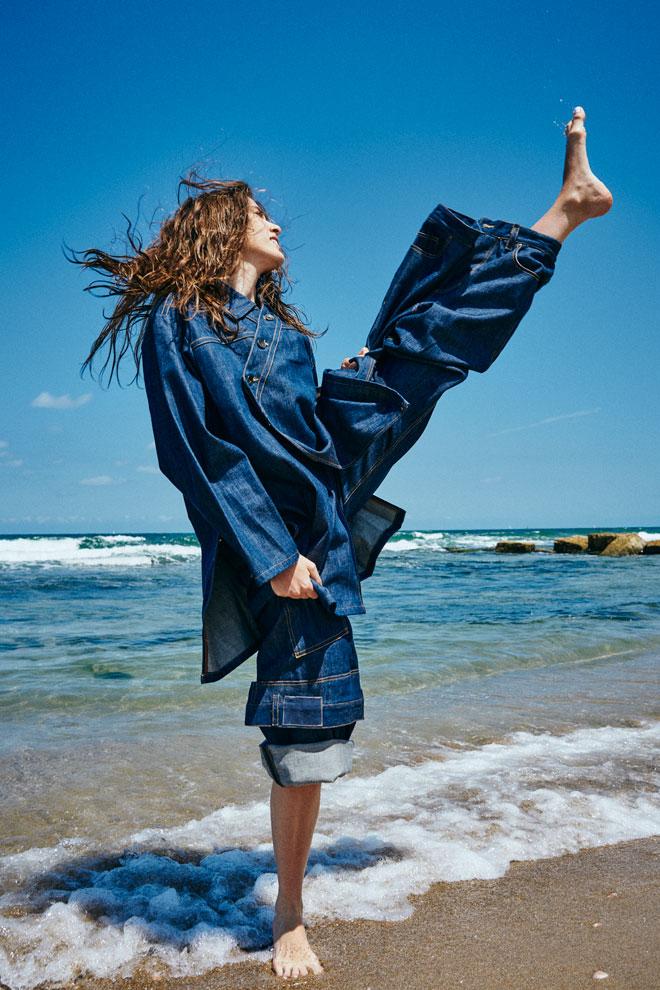 """חליפת ג'ינס, יובל שטינפלד. """"החליפה עשויה מבד דנים של המותג השבדי נודי ג'ינס, שמייצר בדים בצורה אקולוגית ובטוחה לסביבה. הדגם ניתן ללבישה במספר דרכים, כך שאפשר ללבוש אותו באופנים שונים במקום לקנות עוד בגד, והוא מתאים לנשים וגברים כאחד"""" (צילום: רום אוזן)"""