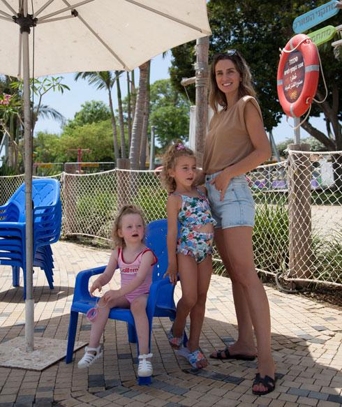 """""""לא פשוט להיות לבד עם שלוש בנות קטנות בבית"""". על סט צילומי הקמפיין החדש (צילום: מיקי סנדרוסי)"""