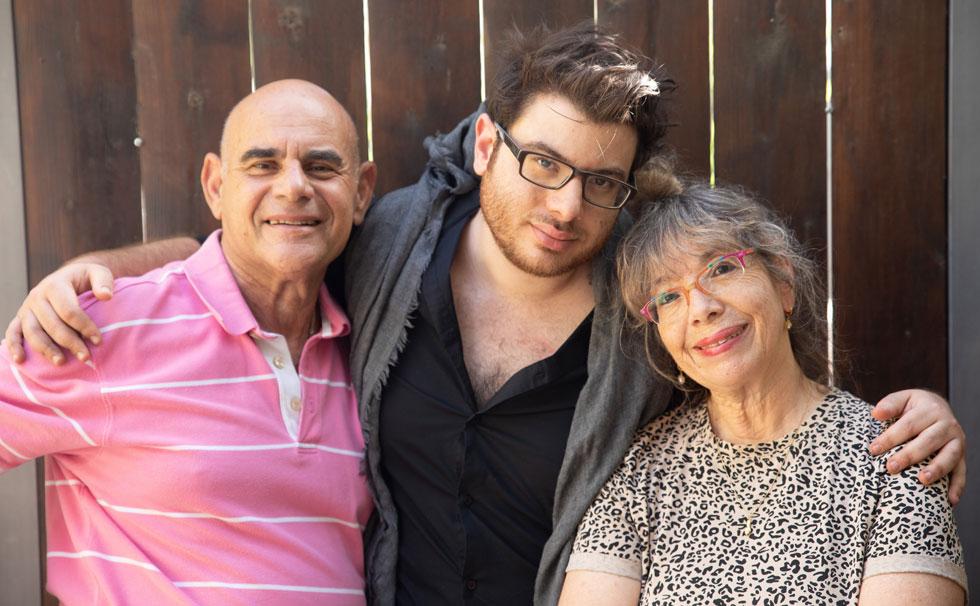 """עם ההורים, דורית ראובני ויעקב מנדל. """"אנחנו כל יום ביחד, שזה די חריג"""" (צילום: טל שחר)"""