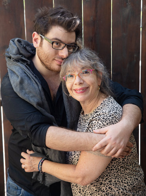 """מנדל עם אמו. """"הקול נשאר במשפחה"""" (צילום: טל שחר)"""