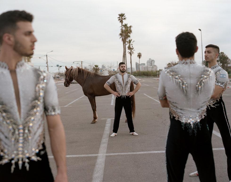 """""""כצלם שמתעסק באופן די אובססיבי בגוף הזכרי ובהעמקה של הייצוגים הגבריים השונים המרכיבים את ישראל – חבורת אקרובטים היא נקודת חקר נוספת עבורי"""", אומר אסף עיני (צילום: אסף עיני)"""