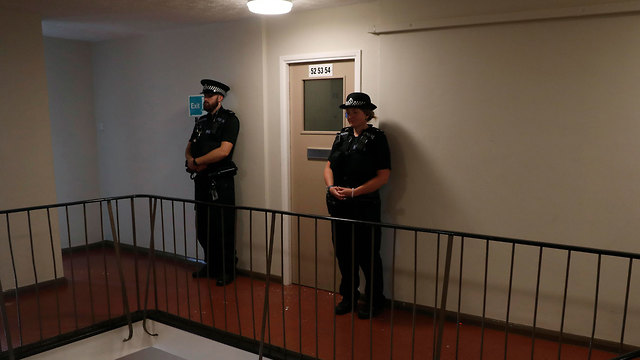בריטניה אנגליה רדינג רידינג פיגוע נרצחו שלושה כניסה לבית שעליו פשטו שוטרים (צילום: AP)