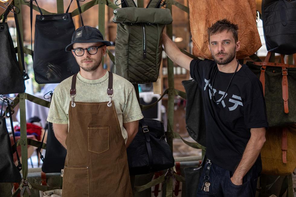 האחים דניס וארצ'י ריאבקו. מתמחים בפריטי אופנה מבדי ברזנט של אוהלים צבאיים משומשים (צילום: טל שחר)