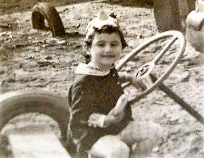 """תמונת ילדות. """"הייתי עצמאית מאוד, גם מרדנית מדי פעם"""" (צילום: אלבום פרטי)"""