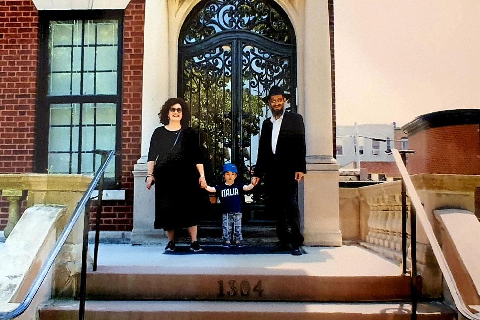 """עם בעלה ובנה בפתח ביתו של הרבי מלובביץ' בניו יורק. """"אנחנו נמצאים עכשיו בשעת מבחן גדולה"""" (צילום: אלבום פרטי)"""