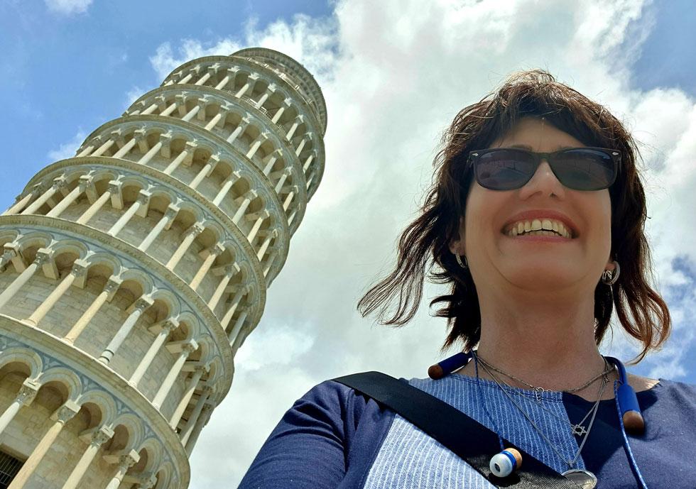 """בטיול למגדל פיזה. """"אני בטוחה שהתיירים יחזרו לאיטליה, אבל בינתיים פילסתי לי דרך חדשה, שלהערכתי תוביל אותי למחוזות נהדרים"""" (צילום: אלבום פרטי)"""