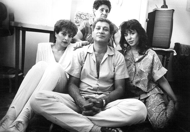 """שוש עטרי (משמאל) עם אמה נעמי (מאחור), אחיה, המדען ד""""ר יוסי, ואחותה גלי, 1986 (צילום: שלום בר טל)"""