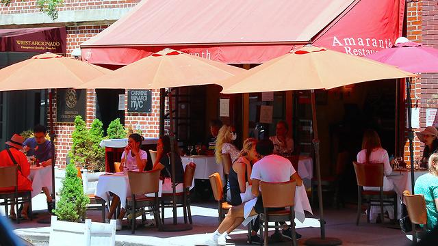 מסעדה ב ניו יורק אחרי הקלות בהגבלות ה קורונה (צילום: MCT)