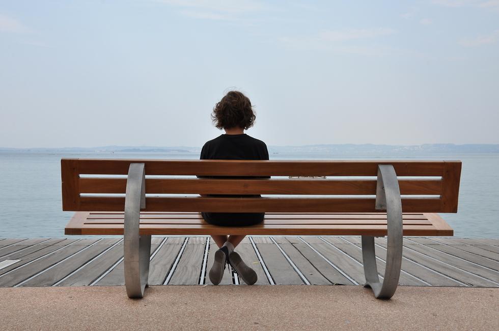 אישה יושבת על ספסל (צילום: Shutterstock)