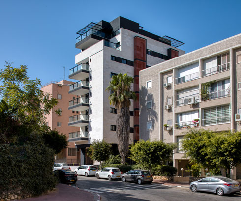 הבניין פונה לשני רחובות מקבילים, עם כניסה מכל אחד מהם. במקום 15 הדירות שהיה מותר לבנות כאן, ביקש היזם להקים 25 (צילום: טל ניסים)