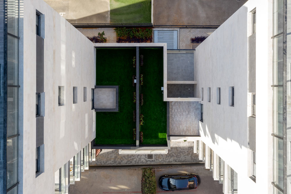 זאת הגינה, במבט מלמעלה. הגישה אליה שמורה, למעשה, רק לדירות בקומה הראשונה שפונות אליה. העירייה רצתה שזה יהיה גינון אמיתי (צילום: טל ניסים)
