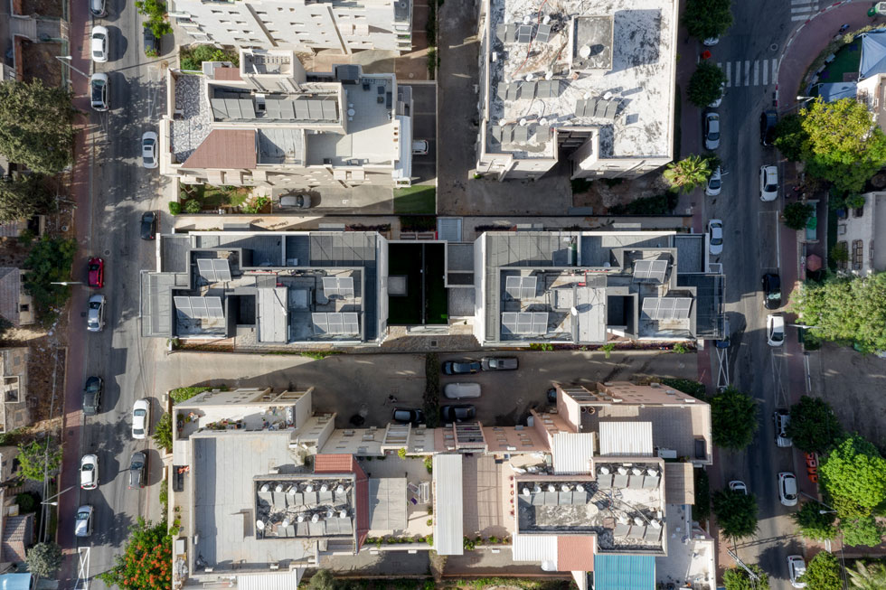 במבט מלמעלה רואים את תצורת הבניינים, שהם כמעט נפרדים - למעט המסד. הפירוק איפשר תוספת כיוון אוויר לכל דירה, כשהקבלן לא מפסיד מזה (צילום: טל ניסים)
