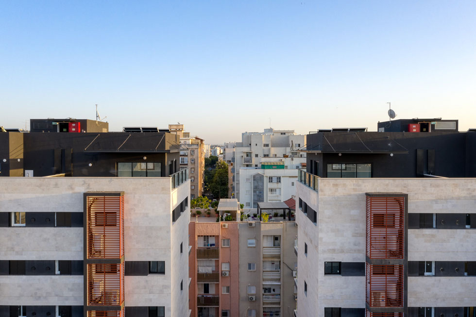 הנה הקומות העליונות של שני המבנים. כל דירה נהנית משלושה כיווני אוויר, מקבלת יותר אור שמש ואוורור טבעי, ודחיסות השכנים מדוללת (צילום: טל ניסים)