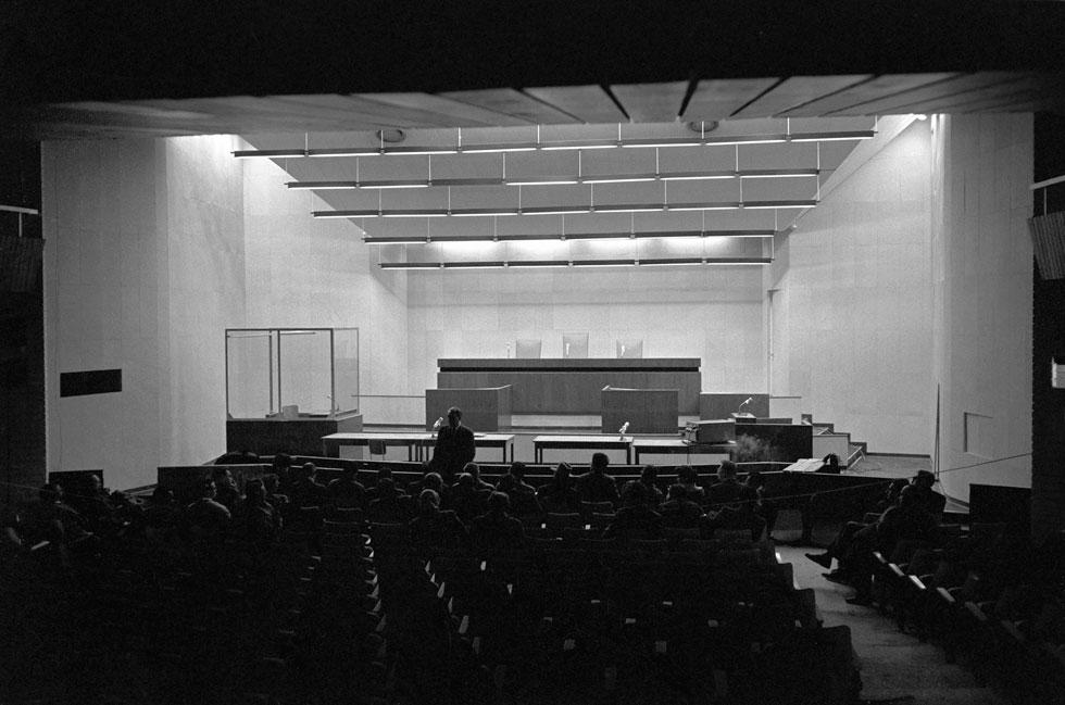 משפט אייכמן, אחד האירועים המעצבים בזיכרון השואה, עוצב בידיהם של דה שליט ונחום מרון, תחת דילמה כבדה. לחצו על התצלום לסיפור המלא (צילום: דוד רובינגר)