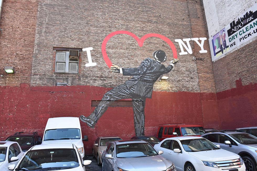 האם יש לוגו שזכה ליותר וריאציות, חיקויים ומחוות בהיסטוריה? גם אחרי אסון התאומים, היה הלוגו ביטוי של אהבה לעיר (צילום: MusikAnimal, cc, גרפיטי: Nick Walker)