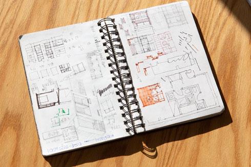 הוא מתכנן בעזרת סקיצות ידניות (צילום: דור נבו)