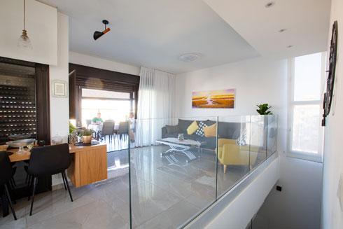 הפנטהאוזים תוכננו ''הפוך'': הכניסה מהקומה העליונה, כדי לא להעביר את האורחים בכל רחבי הדירה בדרך למרפסת. ויש גם מחשבה נוספת (צילום: דור נבו)