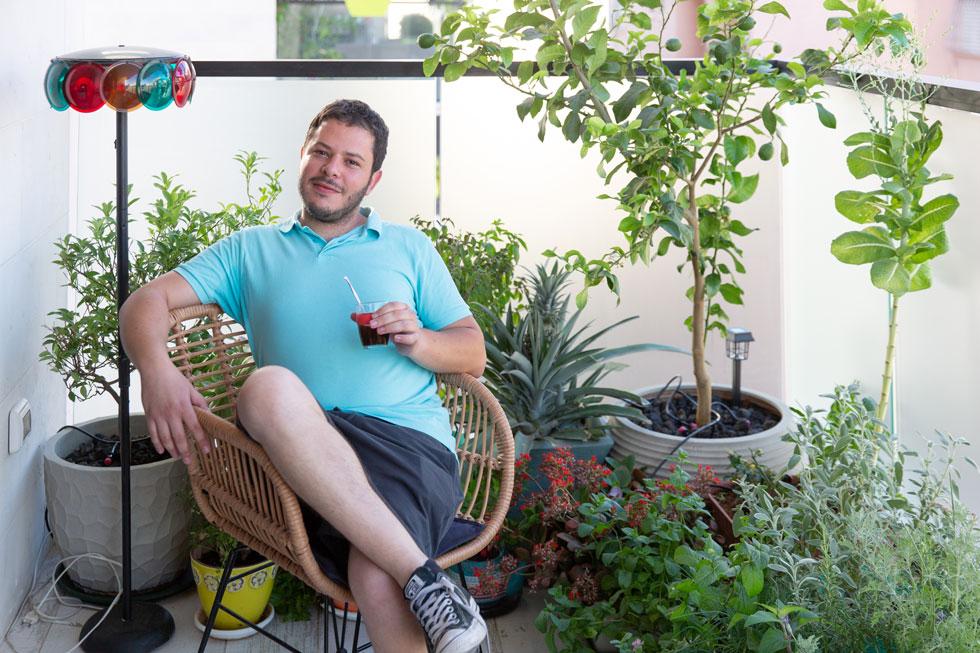 יובל גאק גדל בשכונה, עובד בהייטק, ורכש כאן דירת 80 מ''ר עם מרפסת ומקום חניה (צילום: דור נבו)