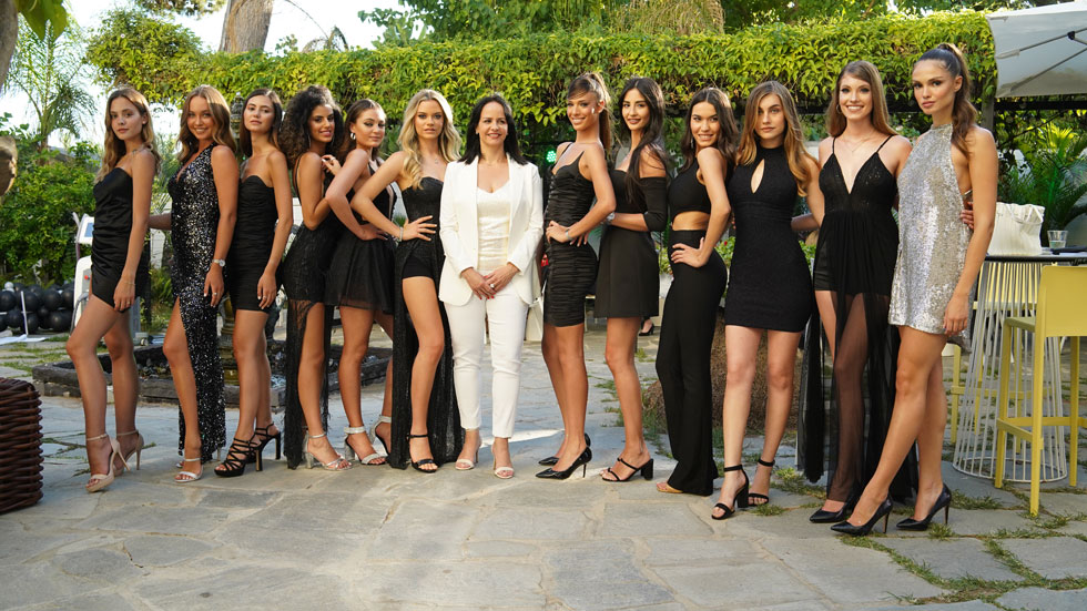 המועמדות הסופיות בתחרות מלכת היופי 2020 עם איריס בר, מבעלי חברת לאונרדו קוסמטיקה  (צילום: שוקי דקל)