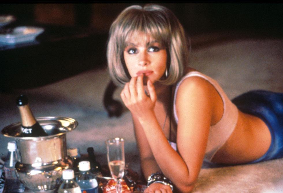 """היחידה שנראית תמימה גם כשהיא מאובזרת בפאה זולה ובמגפי ירך. ג'וליה רוברטס בסרט """"אישה יפה"""", 1990 (צילום: rex/asap creative)"""