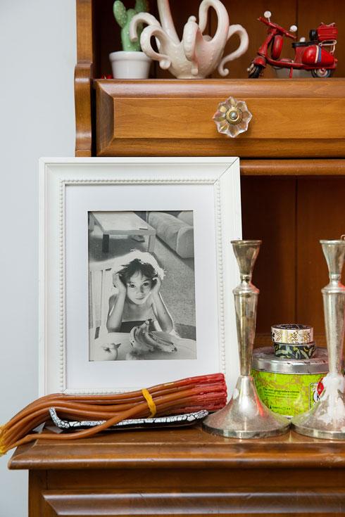 """""""הגעתי מחוסר – לא היה לי את זה כילדה. ההורים שלי לא עשירים, אז הצורך הזה להוכיח לעצמי דרך בגדים היה שם. אבל זה תם ונשלם"""". תמונה של אנסקי בילדותה בבית (צילום: ענבל מרמרי)"""
