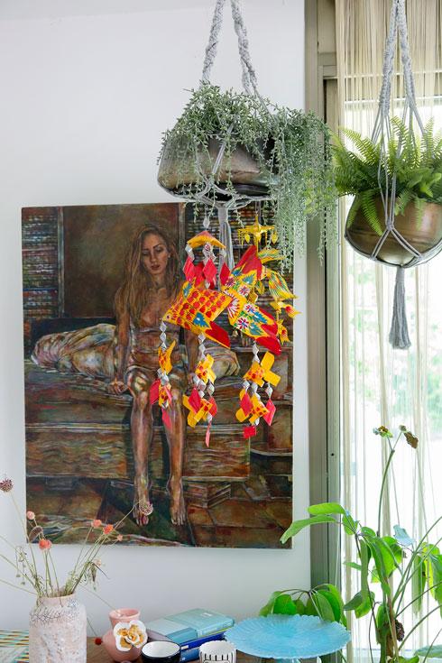 עציצים ועבודות אמנות מקשטים את הסלון (צילום: ענבל מרמרי)