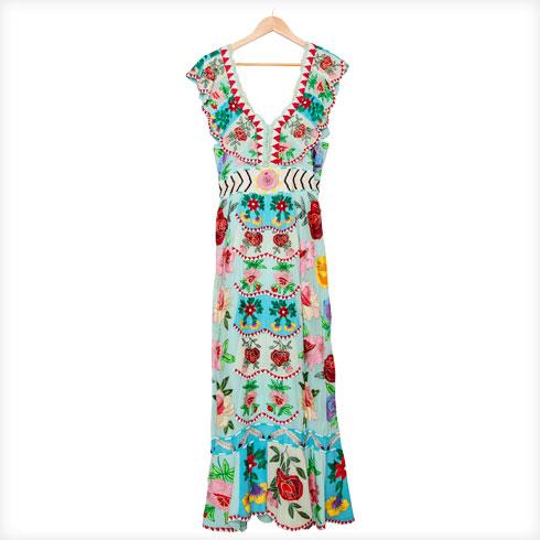 """שמלה רקומה, פמילי איביזה. """"שמלה שמזכירה לי בגדים של צוענים עם צבעים מקסיקניים. היא כבדה נורא, אבל כשלובשים אותה מרגישים בסרט של קוסטריצה שהתפרץ לסרט של אלמודובר. בכל פעם שאני לובשת אותה, אני מרגישה שאני מייצרת מוזיקה מסביבי"""" (צילום: ענבל מרמרי)"""
