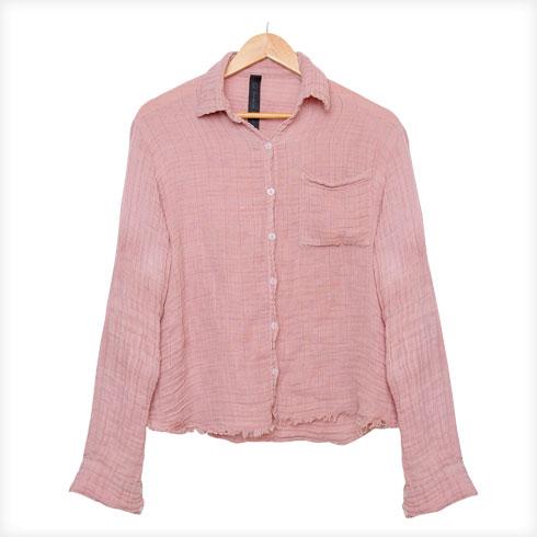 """חולצה סגולה, דורית שרון. """"זאת חולצת ההנקה האידיאלית בשבילי: עשויה טטרה, בד נושם של טיטול, שאני יכולה לפתוח באצבע אחת. יש לה גם צבעוניות טאי-דאי, אז כשגבריאל-לי פולטת ונהיים לי סימנים לבנים, זה נראה כמו חלק מהעיצוב"""" (צילום: ענבל מרמרי)"""
