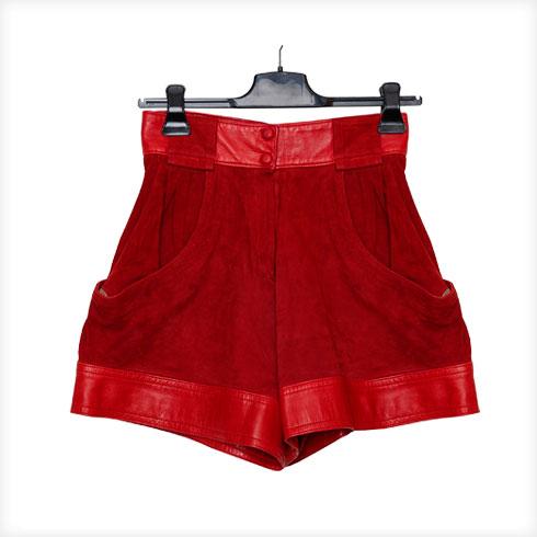 """מכנסונים אדומים מזמש, וינטג' מפריז. """"שנים הסתובבתי בפריז, העיר שהיא בית שני לי. כשהייתי צעירה יותר, לא יכולתי לקנות בבוטיקים יקרים, אז שוטטתי בחנויות יד שנייה. כשראיתי את המכנסיים האלה, שעלו אז 25 יורו, ראיתי את האישה שלבשה אותם. בכל פעם שאני לובשת אותם, אני נכנסת לדמות""""  (צילום: ענבל מרמרי)"""