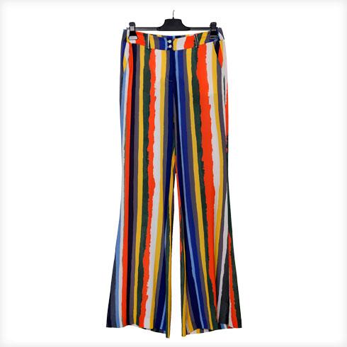 """מכנסיים צבעוניים, מאיה נגרי. """"מאיה עיצבה לי את המכנסיים האלה במיוחד לצילומים שנערכו בסיציליה. חיפשתי בגדים שיתאימו, ולצערי כל המצאי בחנויות היה מדכא. ראיתי באינסטגרם שלה שמלה צבעונית והיא תפרה לי מאותו הבד מכנסיים בגזרה גבוהה"""" (צילום: ענבל מרמרי)"""