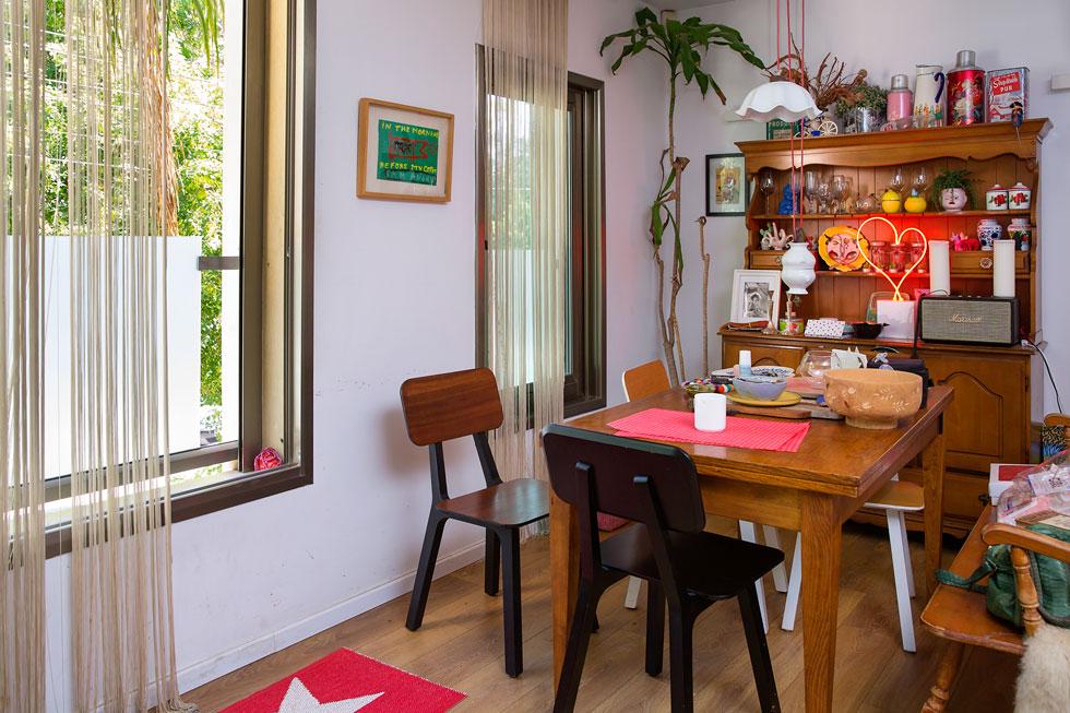 אקלקטי וצבעוני. הבית בצפון תל אביב שבו מתגוררת אנסקי עם בעלה הטרי אייל אמיר, שתי בנותיה והכלבה אלבי  (צילום: ענבל מרמרי)