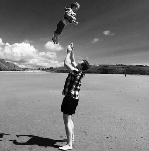 צילום של סוזי רוג'ק: אב ובנו, ילד בעל צרכים מיוחדים, ברגע קטן של כיף