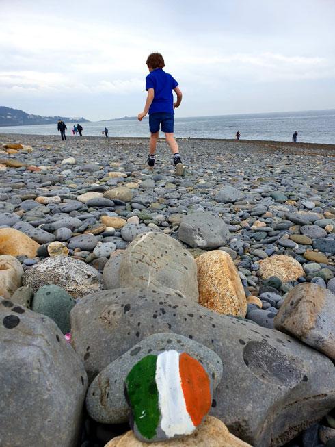 צילום של אריקה ויינברג: בנג'י בן השש מטייל על חוף הים במקום ללכת לבית הספר