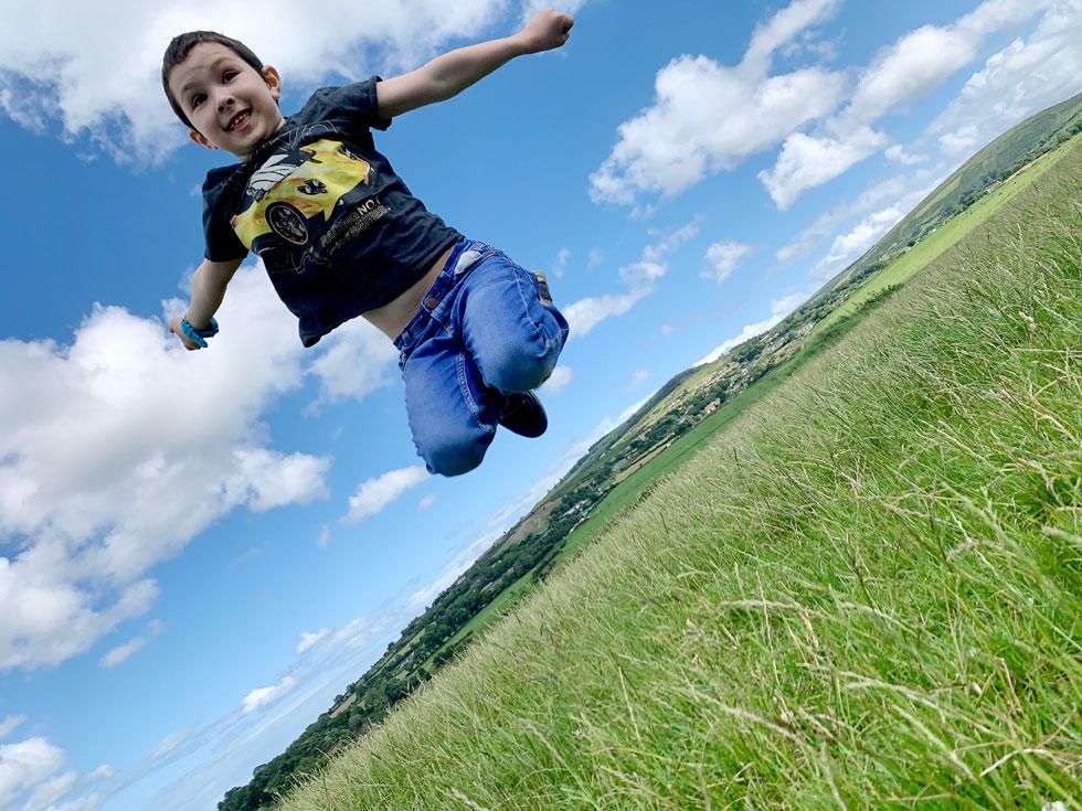 צילום של הרב זלמן לנט: יוסי בן השבע, בנו של הרב הראשי באירלנד, מפגין אושר אחרי שארבעה מאחיו הגדולים שחיים במדינות אחרות, חזרו הביתה