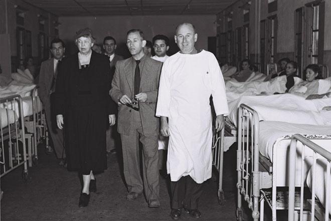 """פרופ' חיים שיבא (במרכז) עם אלינור רוזוולט, בביקורה בביה''ח כשהפך לאזרחי, 1953 (צילום: תדי בראונר, לע""""מ)"""