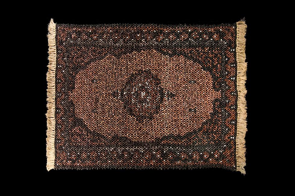שטיח הטוף של מעיין שחר הוא סוג של תעתוע: מה שמסמל בדרך כלל רכות וחמימות ביתית, מתגלה מקרוב כעשוי מאבן חדה שהיא תוצר לוואי של התפרצות געשית (צילום: הדר סייפן)