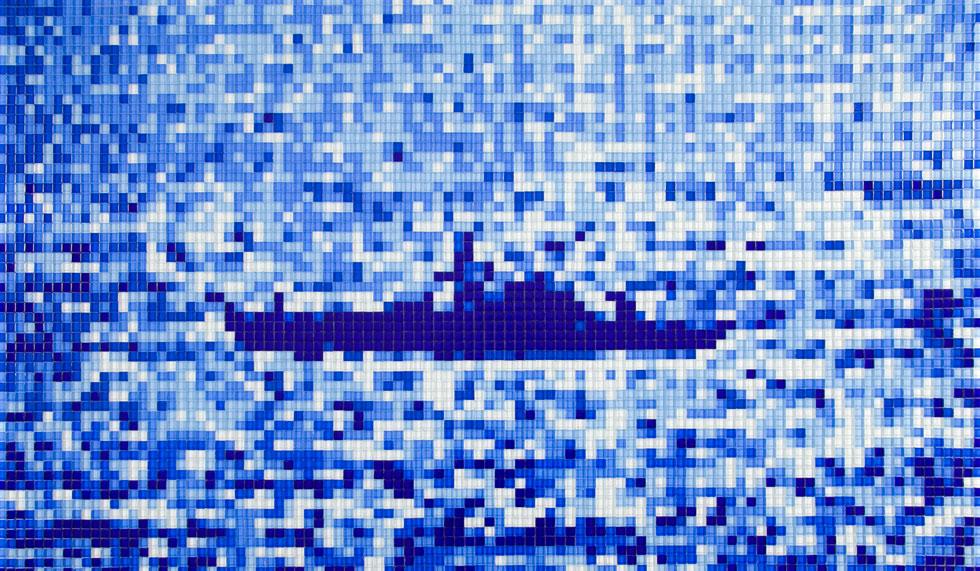 דפנה שרתיאל משתמשת באבני פסיפס מזכוכית כפיקסלים, והפכה צילומים מתוך דיווחי הטלוויזיה במבצע צוק איתן לעבודות על התפר שבין זוועה ואסתטיקה (צילום: הדר סייפן)