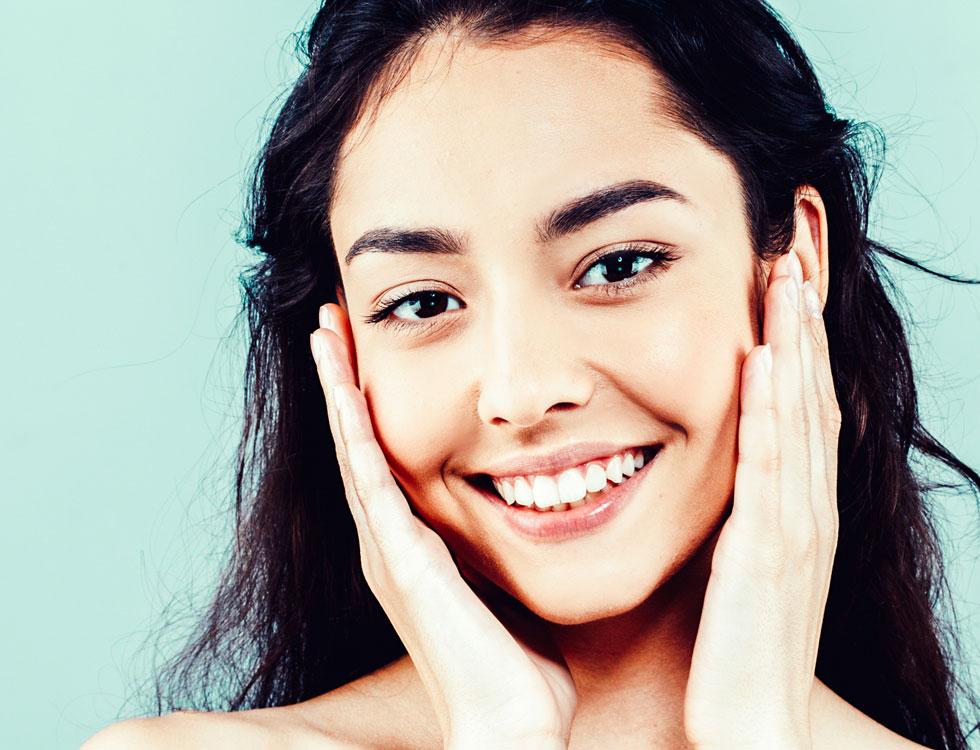 ההנחיות המחמירות לגבי חבישת מסכה כדי להתגונן מנגיף הקורונה אינן מיטיבות עם מצב העור (צילום: Shutterstock)