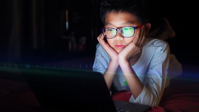 ילד מחשב אינטרנט (צילום: shutterstock)