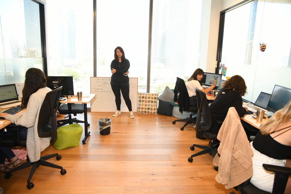 """במשרדים שלה בתל אביב. """"רציתי שבעלי העסקים באמת יאמינו לנו"""" (צילום: יאיר שגיא)"""